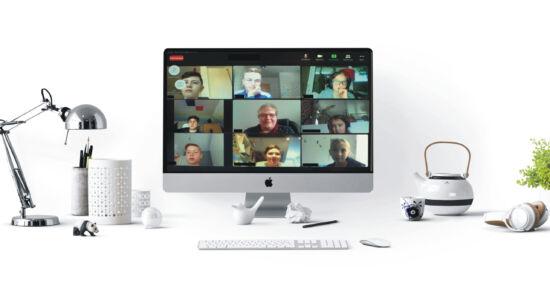 Schreibtisch mit Gruppenbild